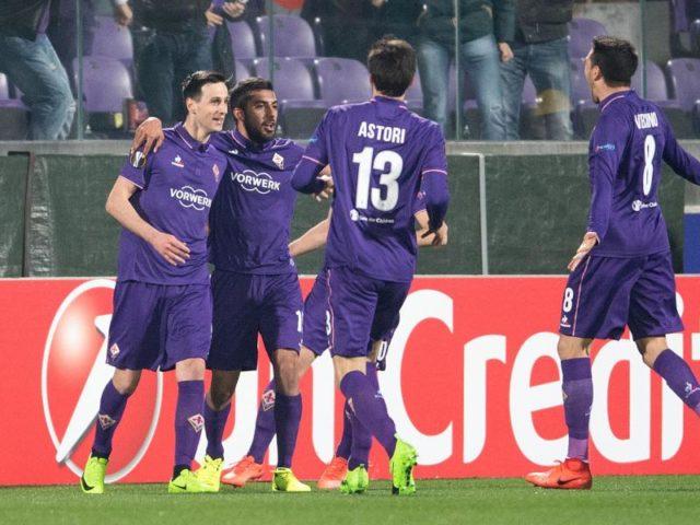 Torschütze Nikola Kalinic (L) und seine Teamkollegen von AC Florenz jubeln nach dem Treffer zur 1:0 Führung. Foto: Marius Becker/dpa
