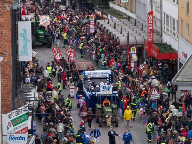 Der Karnevalszug schlängelt sich durch Osnabrück. Foto:Friso Gentsch/dpa