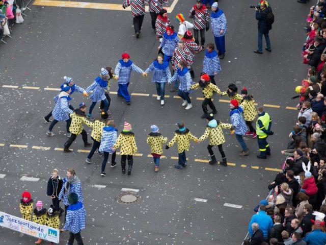 74 Gruppen liefen auf dem anderthalb Kilometer langen Umzug mit. Foto:Friso Gentsch/dpa
