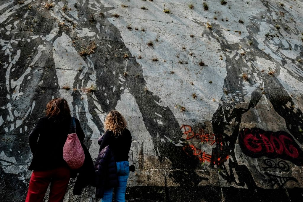Graffiti-Sprayer verschandeln riesiges Wandgemälde am Tiber-Ufer in Rom