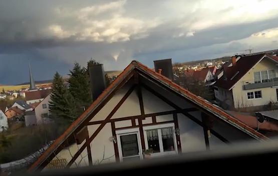 Tornado bei Würzburg – Dächer abgedeckt, keine Verletzten + Video