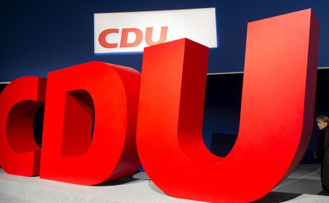 Kanzlerin Merkel neben CDU-Logo Foto: JOHANNES EISELE/AFP/Getty Images
