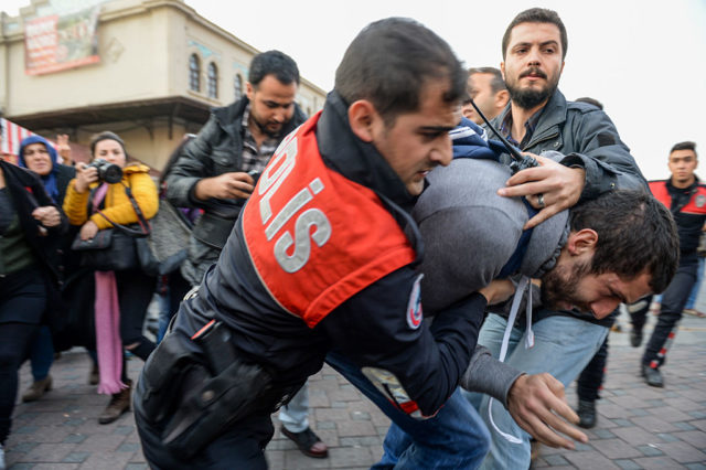 Türkische Polizeibeamte verhaften einen kurdischen Demonstranten. (Symbolbild) Foto: YASIN AKGUL/AFP/Getty Images