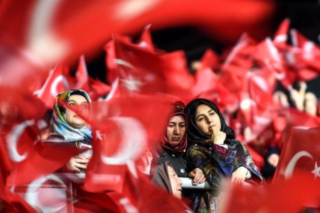 Anhänger des türkischen Präsidenten Recep Tayyip Erdogan. Foto: OZAN KOSE/AFP/Getty Images