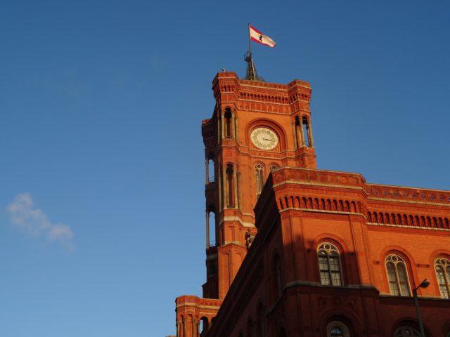 Das Rote Rathaus, Sitz des Berliner Senats und des Regierenden Bürgermeisters und Landeschefs. Foto: Public Domain