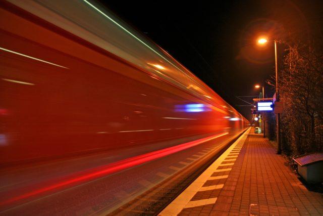 Symbolbild, einfahrende S-Bahn. Foto: Public Domain