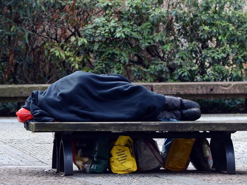 Obdachloser schrieb 35 Jahre lang Gedichte und lebte auf der Straße – Niemand erkannte sein Talent