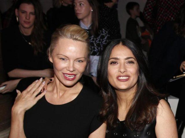 Pamela Anderson (l) und Salma Hayek besuchten Stella McCartney in Paris. Foto: Thibault Camus/dpa