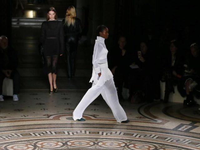 Luftiger Stoffe trifft der britischen Designerin Stella McCartney klassische Schnitte. Foto: Francois Mori/dpa