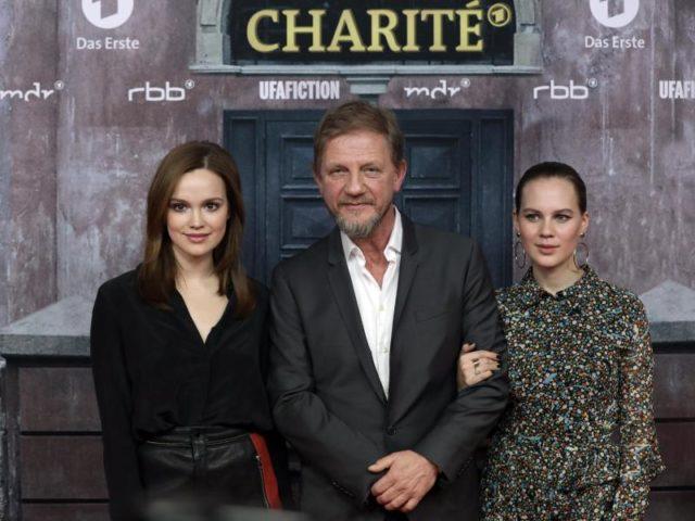 Regisseur Sönke Wortmann (m.) und die Schauspielerinnen Emilia Schüle (l) und Alicia von Rittberg in Berlin. Foto: Jörg Carstensen/dpa