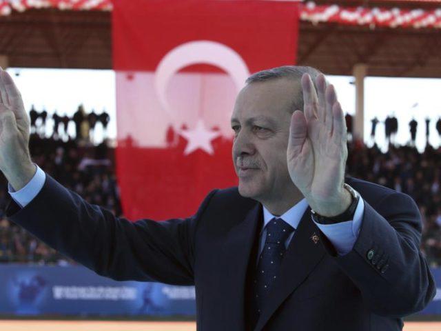 Trotz heftiger Proteste aus der EU zieht Erdogan immer wieder Nazi-Vergleiche. Foto: Kayhan Ozer/dpa