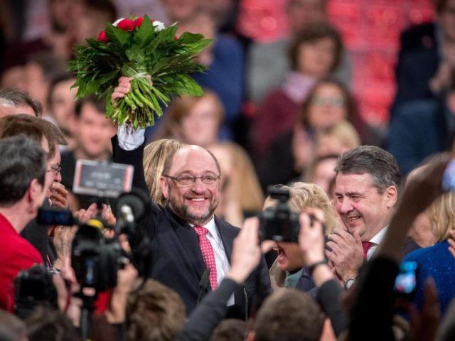 Das hat es noch nie gegeben: Martin Schulz erhält bei der Wahl zum SPD-Chef alle gültigen Stimmen. Auf dem «Krönungsparteitag» in Berlin präsentiert sich die Partei wie im Rausch. Foto: Michael Kappeler/dpa