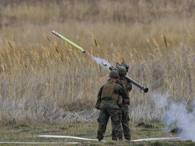 Nur eine Übung: Rund 1200 US-amerikanische und rumänische Soldaten nehmen an «Frühlingssturm 2017» teil, um die Verteidigung der Schwarzmeer-Küste zu simulieren. Foto: Vadim Ghirda/dpa