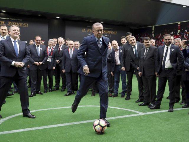 Der Chef schießt: Andächtig beobachten Teilnehmer des Fußballgipfels in Istanbul, wie Präsident Erdogan frei zum Schuss kommt. Foto: Yasin Bulbul/dpa