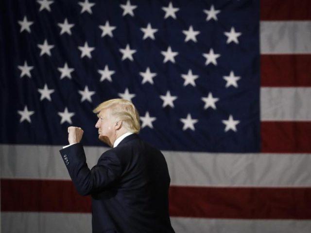 Selbstbewusst wie eh und je zeigt sich US-Präsident Donald Trump auf einer Kundgebung in Louisville. Trtoz der Aussage von FBI-Chef James Comey, dass es im US-Wahlkampf keine Abhöraktion gegeben hat. Das hatte Trump immer wieder behauptet. Foto: John Minchillo/dpa