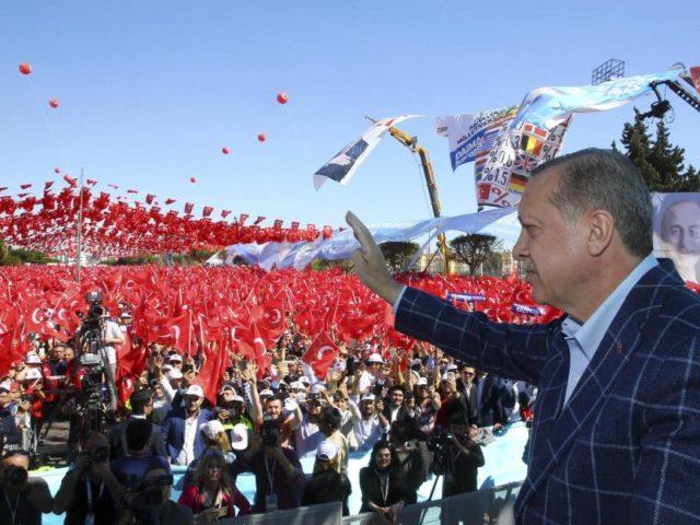 Der türkische Präsident Recep Tayyip Erdogan auf einer Wahlveranstaltung in Antalya. Das Verfassungsreferendum findet in der Türkei am 16. April statt. Foto: Kayhan Ozer/dpa