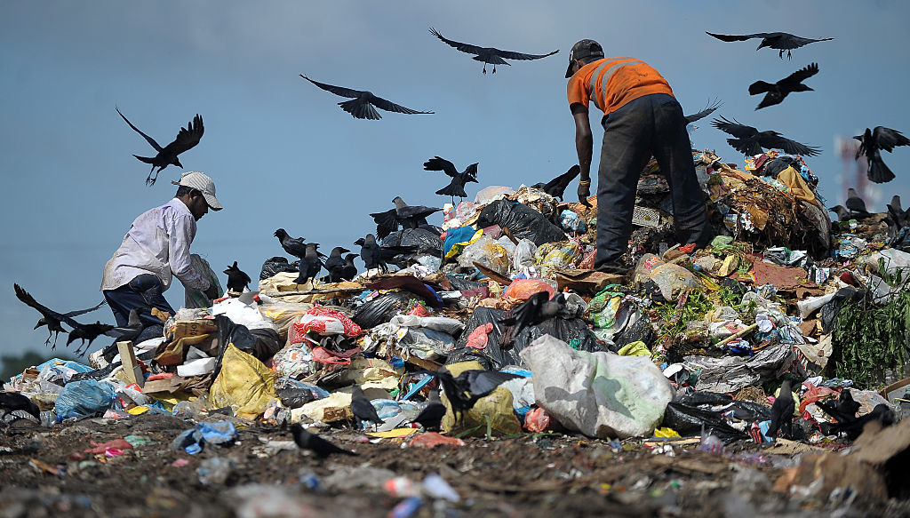 Rutschende Müllkippe in Sri Lanka begräbt Menschen und Häuser unter sich