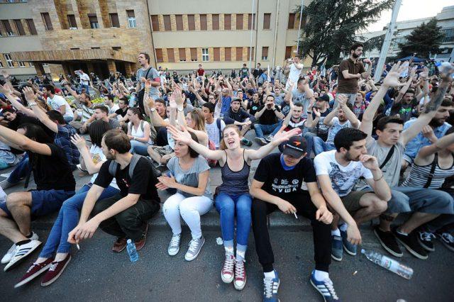Demonstranten vor dem mazedonischen Parlament. (Symbolbild) Foto: ROBERT ATANASOVSKI/AFP/Getty Images