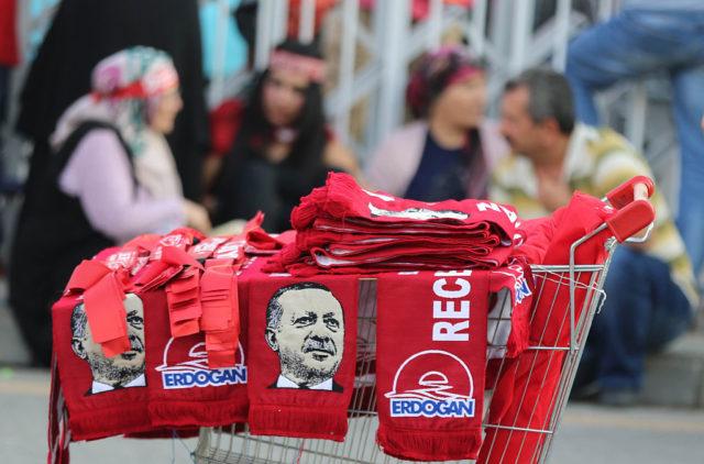 Straßenhändler verkaufen Schals mit dem Gesicht des türkischen Präsidenten Erdogan. Foto: ADEM ALTAN/AFP/Getty Images