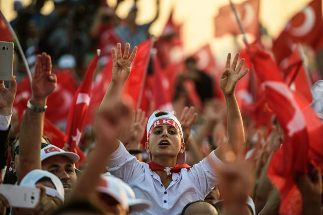 Anhänger des türkischen Staatschef Erdogan Foto: OZAN KOSE/AFP/Getty Images