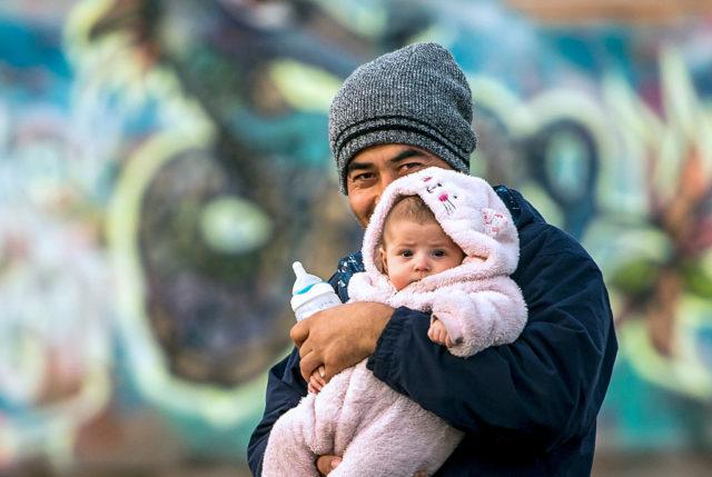 Ein Afghane mit seinem Baby. (Symbolbild) Foto: PHILIPPE HUGUEN/AFP/Getty Images