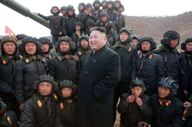 Kordkoreas Führer Kim Jong-Un mit seinen Soldaten. Foto: STR/AFP/Getty Images