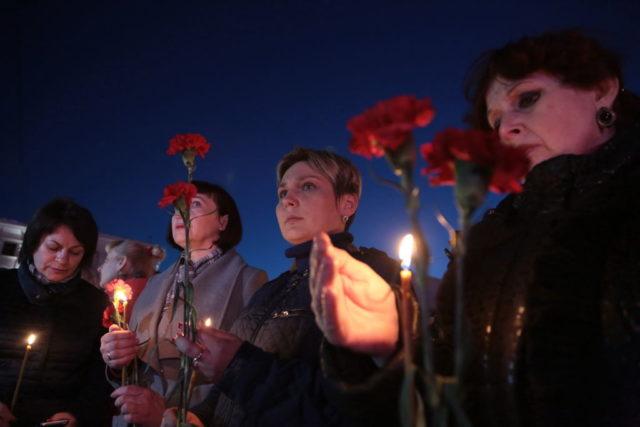 Frauen halten Kerzen für die Opfer des Anschlags in St.Petersburg. 3. April 2017. Foto: MAX VETROV/AFP/Getty Images