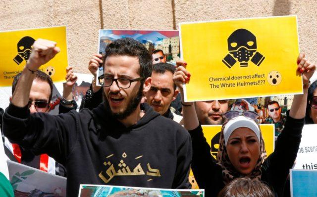 Viele Syrer glauben nicht an den angeblichen Giftgasangriff Seitens ihrer Regierung. Sie demonstrieren für Staatschef Baschar al-Assad. 8. April 2017. Foto: LOUAI BESHARA/AFP/Getty Images