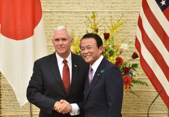 US-Vizepräsident Mike Pence (l) und der japanische Premierminister Shinzo Abe. 18. April 2017. Foto: EUGENE HOSHIKO/AFP/Getty Images