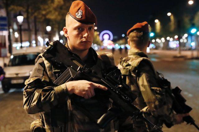 Polizisten nach dem Anschlag auf den Champs-Elysees in Paris. Frankreich 20. April 2017. Foto: Aurelien Meunier/Getty Images