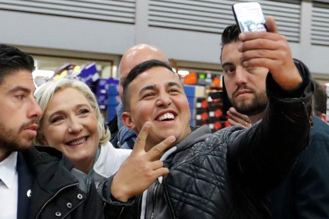 Selfie machen mit Marine Le Pen. Foto: CHARLES PLATIAU/AFP/Getty Images