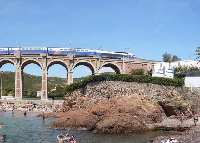 Symbolbild: Zug an der Küste der Riviera. Foto: Public Domain