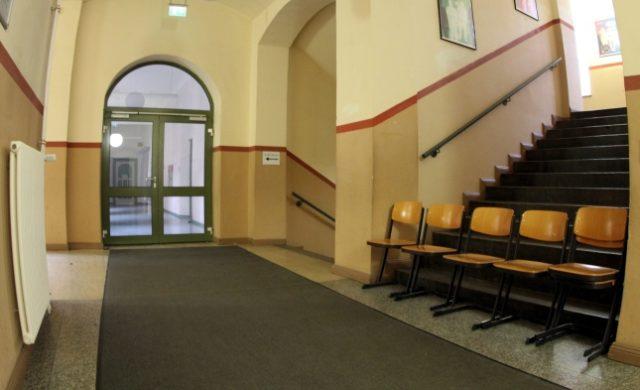 Stühle im Flur einer Schule Foto: über dts Nachrichtenagentur