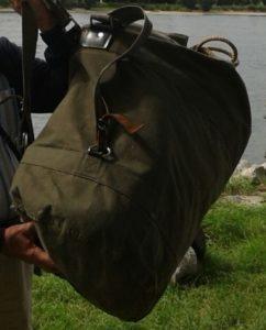 Einen solchen Seesack könnte der Täter noch bei sich tragen. Foto: Polizei Bonn