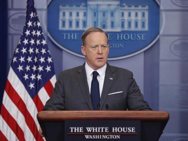 Sean Spicer, der Pressesprecher des Weißen Hauses, stellte erneut klar, dass die Bekämpfung der Terrormiliz IS weiter oberste Priorität für die USA habe. Foto: Pablo Martinez Monsivais/dpa