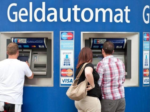 Die Zinsflaute setzt Banken und Sparkassen zunehmend unter Druck. Viele Geldhäuser drehen daher an der Gebührenschraube. Foto: Tobias Kleinschmidt/dpa