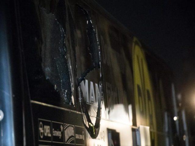Bei dem Anschlag wurden Scheiben des Mannschaftsbusses von Borussia Dortmund zerstört. Foto: Bernd Thissen/dpa