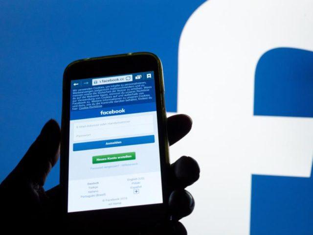Die Anmelde-Startseite der Social Media-Plattform Facebook ist auf einem Handy zu sehen. Foto: Tobias Hase/Illustration/dpa