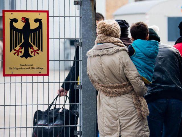 Flüchtlinge vor der Landesaufnahmebehörde Niedersachsen in Braunschweig. Foto: Julian Stratenschulte/Archiv/dpa