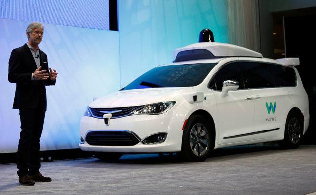 """Der Geschäftsführer von Waybo, John Krafcik, bei der Vorstellung des ersten autonomen Fahrzeugs von Google mit dem Namen """"Chrysler Pacifica Hybrid"""". Foto: Bill Pugliano/Getty Images"""