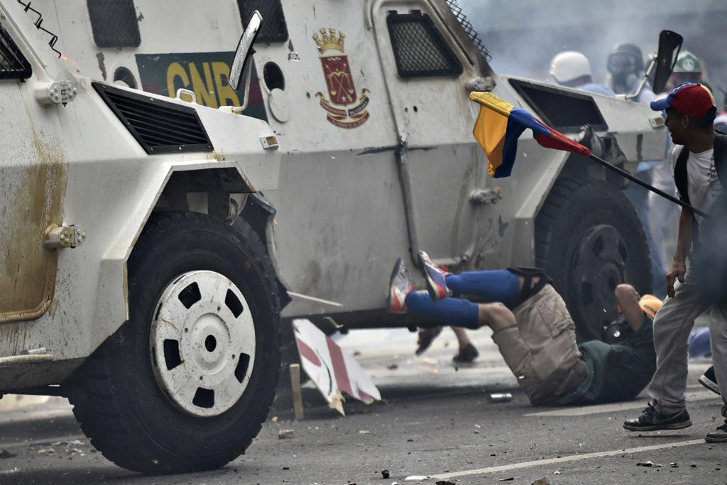 Venezuela: Lage eskaliert – Panzerwagen fährt in Menge