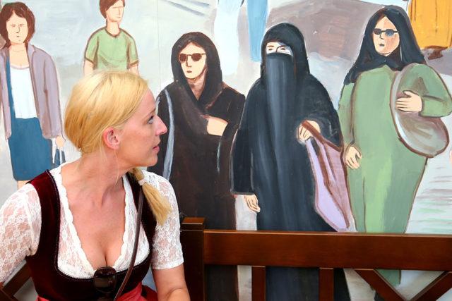 Dirndl vs Burka Foto: Alexander Hassenstein/Getty Images