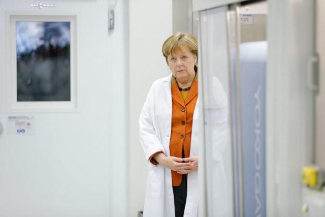 Kanzlerin Angela Merkel im Arztkittel. Foto: Andreas Rentz/Getty Images