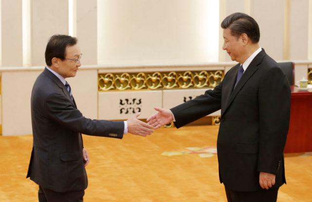 Der südkoreanische Gesandte Lee Hae Chan (l) und der chinesische Staatschef Xi Jinping. Foto: JASON LEE/AFP/Getty Images
