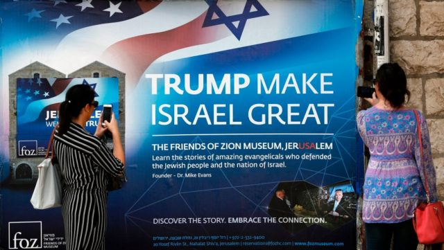 """Trump make Israel great""-Plakat in Jerusalem. Foto: THOMAS COEX/AFP/Getty Images)"