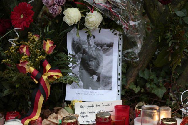 Foto von Helmut Schmidt als Lieutenant der Luftwaffe im Frühjahr 1940 inmitten von Kerzen und Blumen am 11. November 2015 vor Schmidts Haus in Hamburg - einen Tag nach seinem Tod am 10. November 2015. Foto: OLIVER HARDT/AFP/Getty Images
