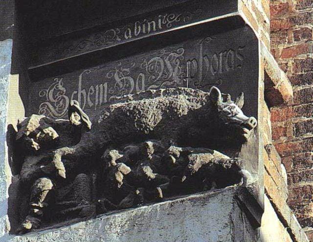 """Das als """"Judensau"""" bezeichnete Relief an der Wittenberger Stadtkirche. Foto: Wikipedia/Public Domain"""