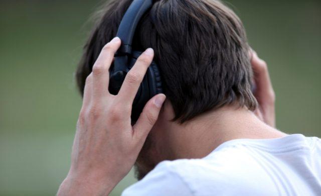 Mann mit Kopfhörern Foto: über dts Nachrichtenagentur