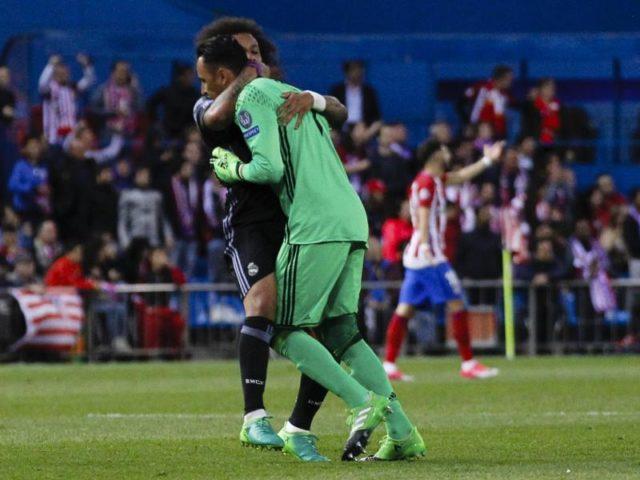 Marcello und Torwart Keylor Navas feiern den Einzug ins Finale der Champions League. Foto: Enrique de la Fuente/dpa