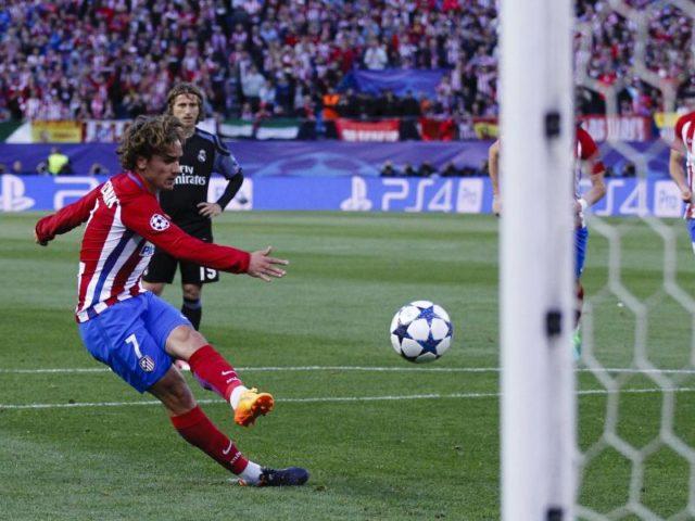 Antoine Griezmann trift per Strafstoß für Atlético. Foto: Enrique de la Fuente/dpa
